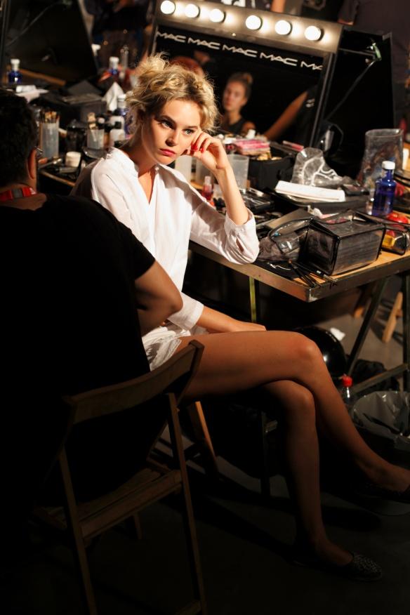 Juju Ivanyuk esperando en maquillage.