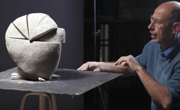El escultor Enric Sala trabajando en su taller.