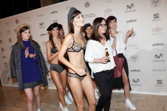 Toton Comella con las modelos saliendo del photocall.